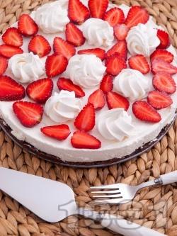Чийзкейк с блат от натрошени бисквити и масло, кокос, течна сметана, сирене крема, украсен с ягоди и целувки - снимка на рецептата